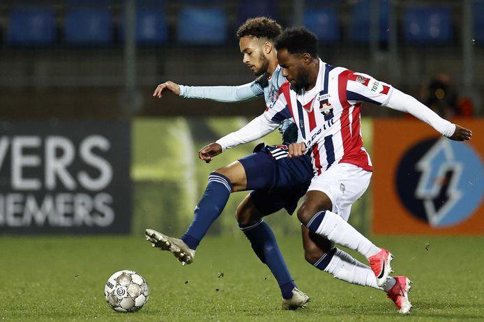 Willem II-aanvaller John Yeboah (rechts) duelleert met Devyne Rensch van Ajax.