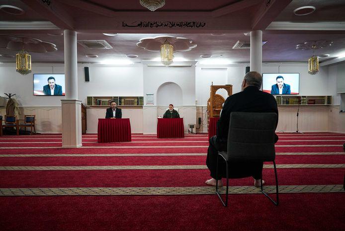 Op het offerfeestgebed komen elk jaar veel gelovigen af. Meerdere Haagse moskeeën wijken daarom uit naar feest- en sportzalen. Anderen komen samen in het park. Bidden in moskeeën tijdens het offerfeest is namelijk lastig vanwege de 1,5 meterregel.