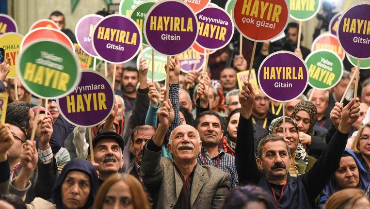 Aanhangers van de Turkse nee-beweging tijdens een persconferentie van de pro-Koerdische partij HDP in Istanbul op 2 maart. Beeld anp