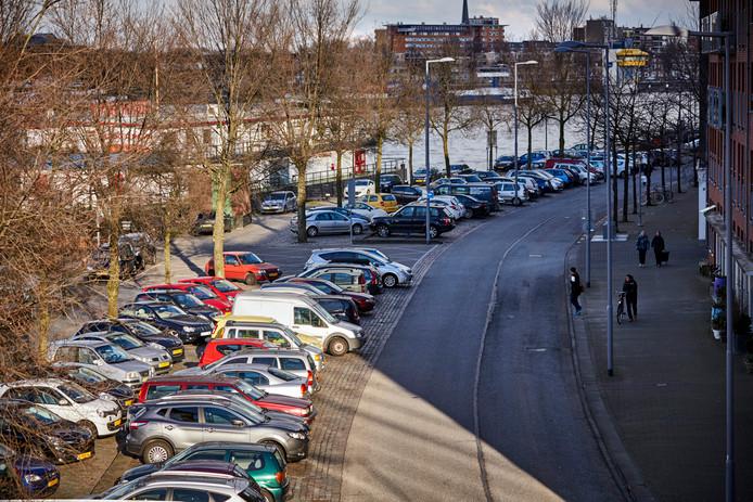 Op het Noordereiland staat het altijd bomvol auto's van forenzen die in het centrum moeten zijn. Per 1 januari wordt hier niet alleen betaald parkeren ingevoerd, maar geldt meteen ook het nieuwe middentarief van 2,50 euro.