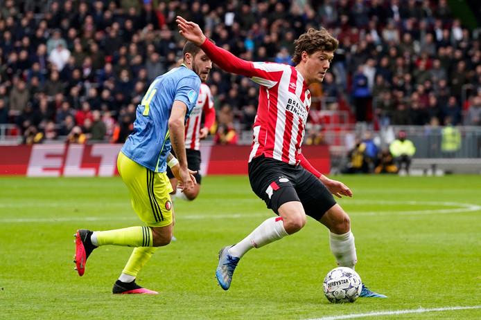 Sam Lammers in duel met Feyenoorder Marcos Senesi.