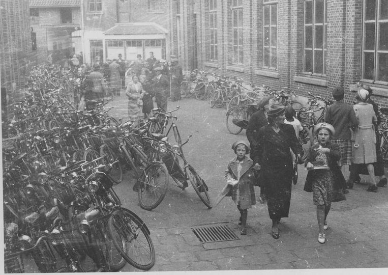 Archiefbeeld van een opendeurdag op Pinkstermaandag in de Peperstraat in 1950.