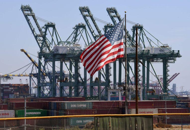 Een Amerikaanse vlag voor Chinese containers in de haven van Long Beach, LA. Beeld AFP