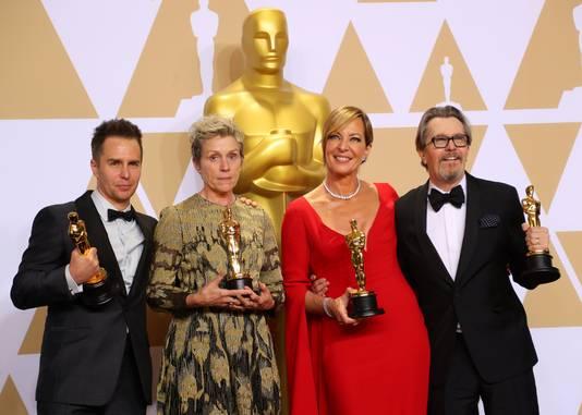 Sam Rockwell, Frances McDormand, Allison Janney and Gary Oldman poseren met hun Oscar.