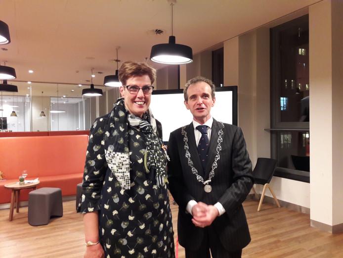 Heleen Linz en burgemeester Slinkman.  Foto Joop Verstraaten