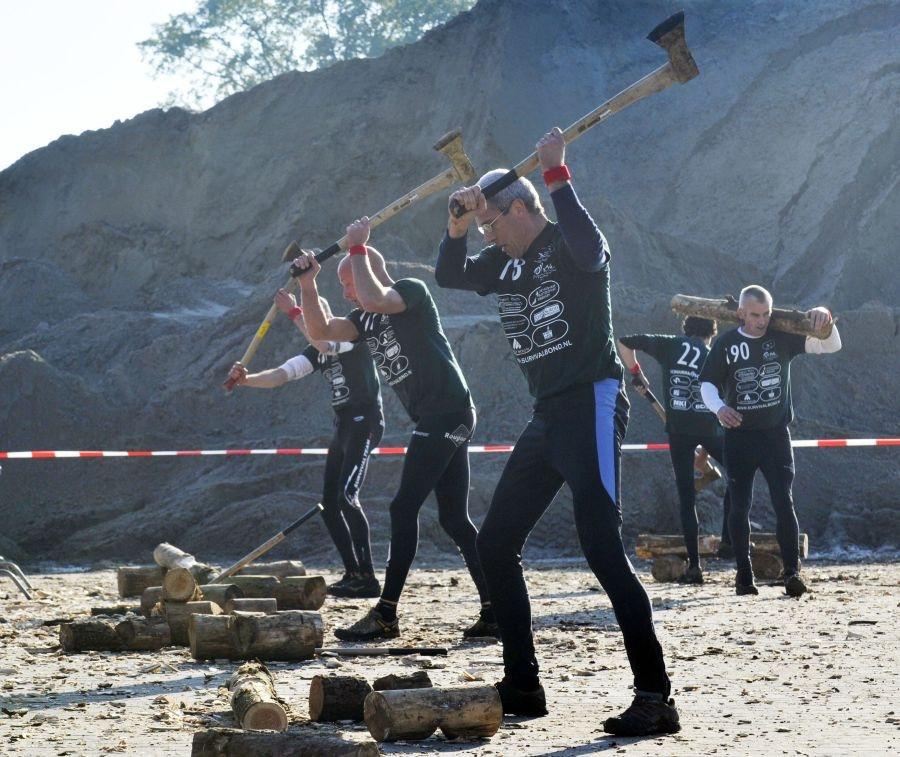 Survivalatleten tijdens het onderdeel houthakken. Foto Frans Nikkels