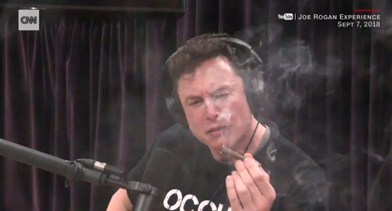Tesla-topman Elon Musk rookt een joint tijdens een podcastinterview. Beeld still CNNMoney