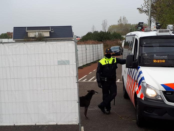 Poltie bij het afgezette kamp in Lith. De hond is niet van de politie.
