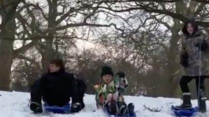 Schattig: David en Victoria Beckham spelen in de sneeuw met hun kroost