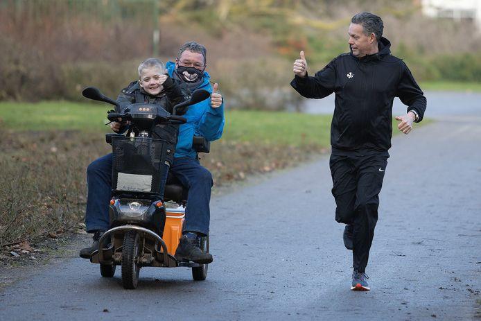 Frans Kriesels (61) gaat 160 kilometer hardlopen om geld op te halen voor goede doelen die zijn vriend Theo van den Hurk heeft uitgezocht. Theo en zijn kleinzoon Koen hebben de zeer zeldzame PHKA1-gen afwijking die een spierziekte veroorzaakt.