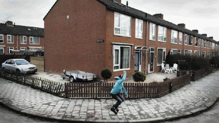 De hoek van de Spicastraat en de Poolsterlaan in Groningen. GroenLinks is bezorgd over de toename van tegeltuinen in de stad. ( FOTO REYER BOXEM) Beeld