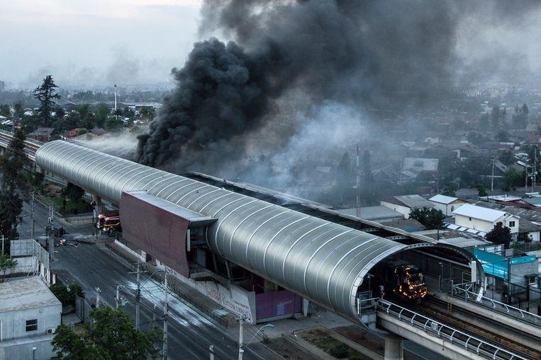 Een in brand gestoken metrostation in de Chileense hoofdstad Santiago.