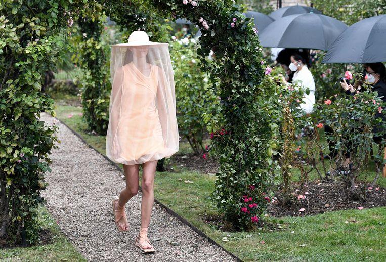 De show van Kenzo, in een rozentuin in Parijs, geïnspireerd door de documentaire Honeyland.  Beeld AFP