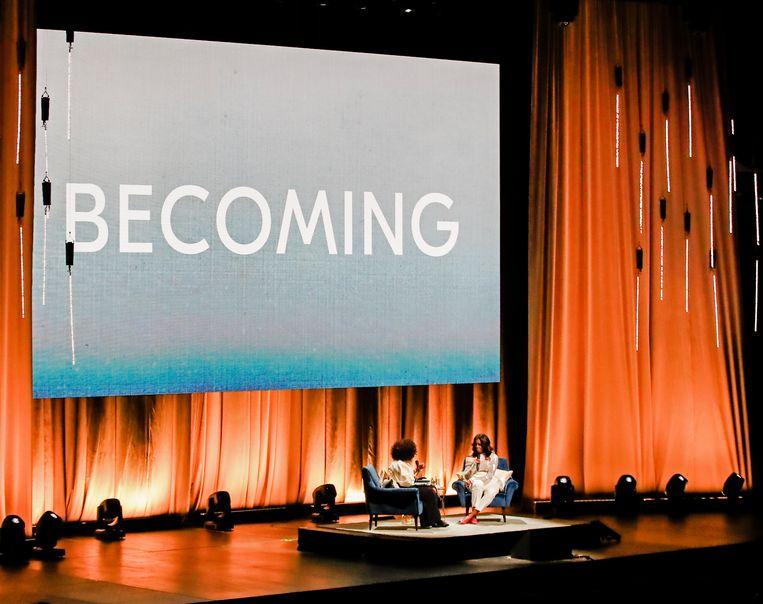 Michelle Obama wordt geïnterviewd door Oprah Winfrey bij de lancering van haar boek op 13 november in Chicago. Beeld EPA