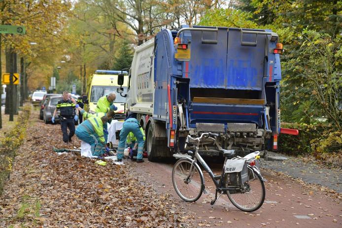 Fietsster geschept door vuilniswagen in Goirle.
