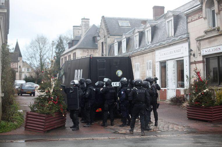 6625e3c33a5 ... De politie doorzoekt woningen in Longpont, ten noorden van Parijs.  Beeld ap