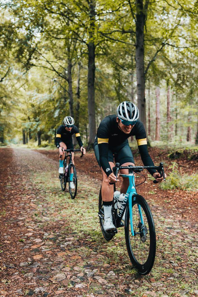 Josse Wester (achter) en Bas Tietema tijdens een van de trainingen waarin de twee samen met Josse Wester worden klaargestoomd voor de Ronde van Vlaanderen.