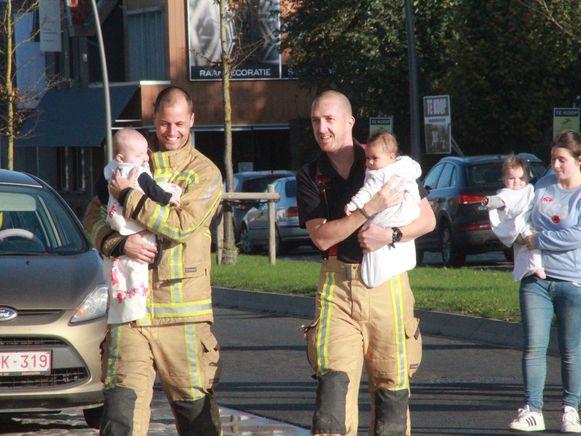 De brandweer brengt de peuters terug naar het kinderdagverblijf.