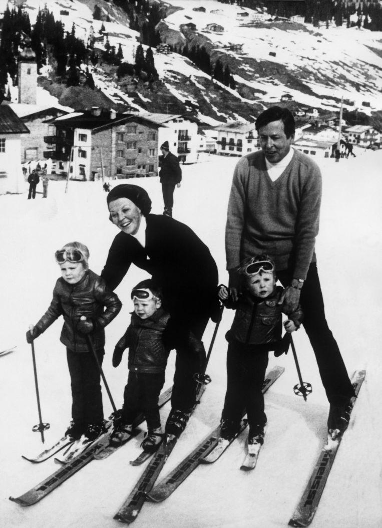 Tijdens een skivakantie met Beatrix, Claus, Willem-Alexander, Constantijn en helemaal rechts Johan Friso. Exacte jaartal is onbekend. Beeld Gamma-Keystone via Getty Images