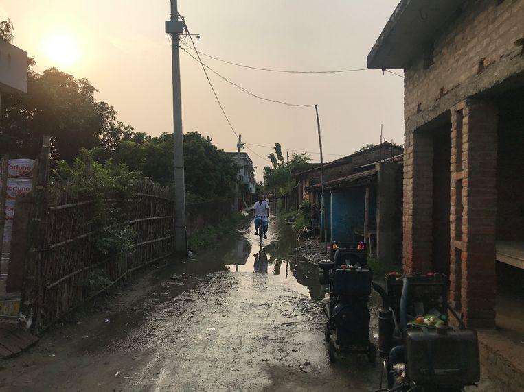 De overstroomde dorpsweg in Sirhulli, Bihar. Beeld Aletta André