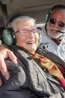 Oma Kaatje (90) maakt eerste vliegreis: 'Ging ik ook zo hard?'