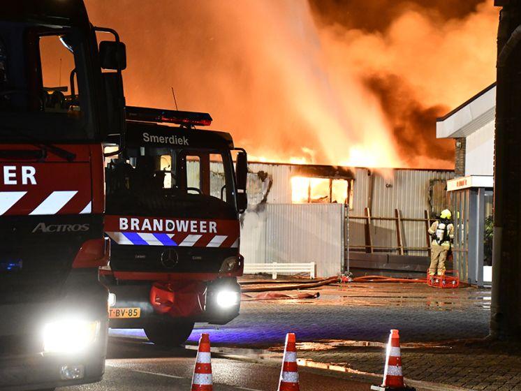 Uitslaande brand verwoest keukenwinkel in Sint Maartensdijk