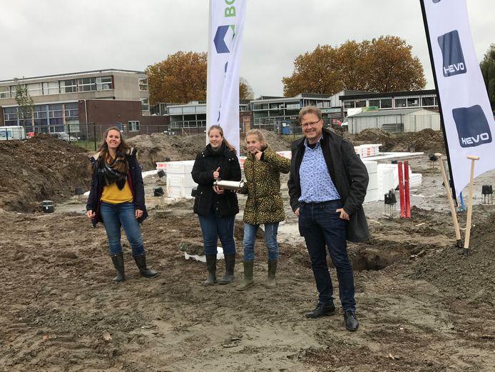 """Hans van Gent (rechts), directeur van De Brug: ,,Dit is een prima locatie voor onze school."""""""