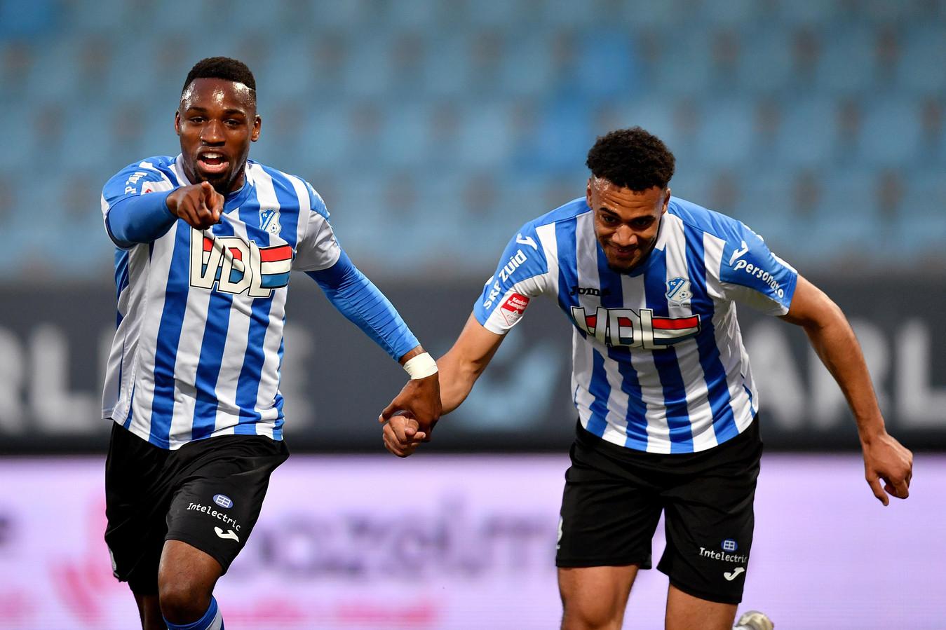 Elton Kabangu (l) viert de 2-1 tegen TOP Oss samen met Elisha Sam die verantwoordelijk was voor de 1-0.