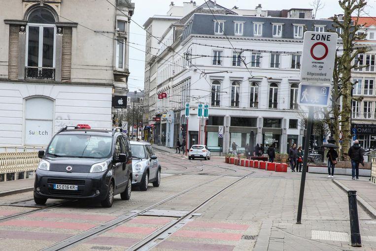 Drie auto's, allen met Franse nummerplaat, negeren de knip aan het Koophandelsplein. Sinds 1 januari worden ook zij beboet.