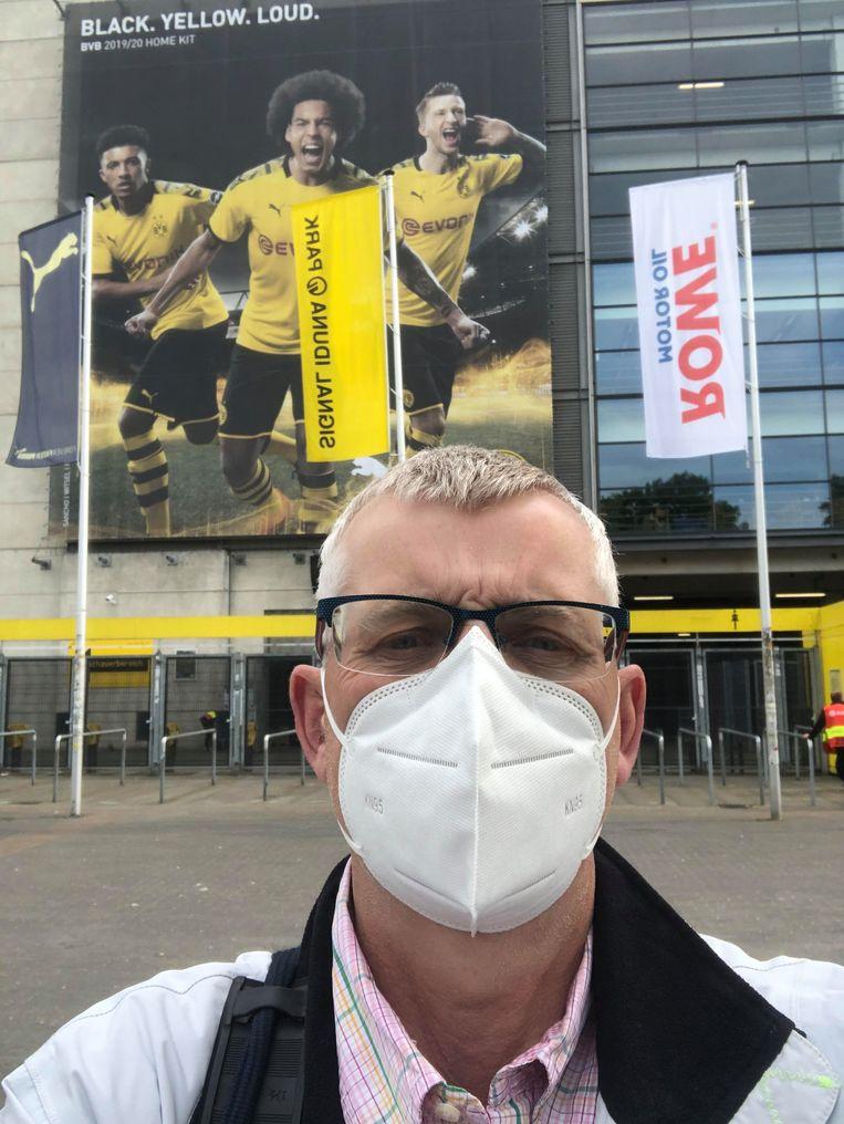 Verslaggever Robèrt Misset voor het stadion van Borussia Dortmund. Beeld Robèrt Misset