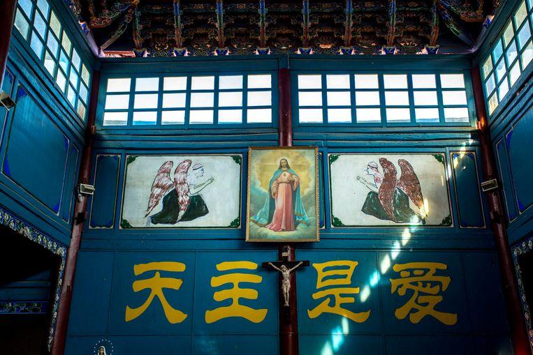 Altaar in een ondergrondse katholieke kerk. De Chinese tekens betekenen: 'God is liefde'. Beeld Getty Images
