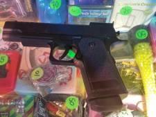 Hilvarenbeek neemt twee realistische speelgoedwapens in beslag tijdens kermis
