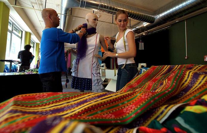 Safak Cakir en Jaq Volckmann met een ontwerp dat Cakir voor haar opleiding aan de modeacademie in Izmir maakte. Foto: Jan Wamelink