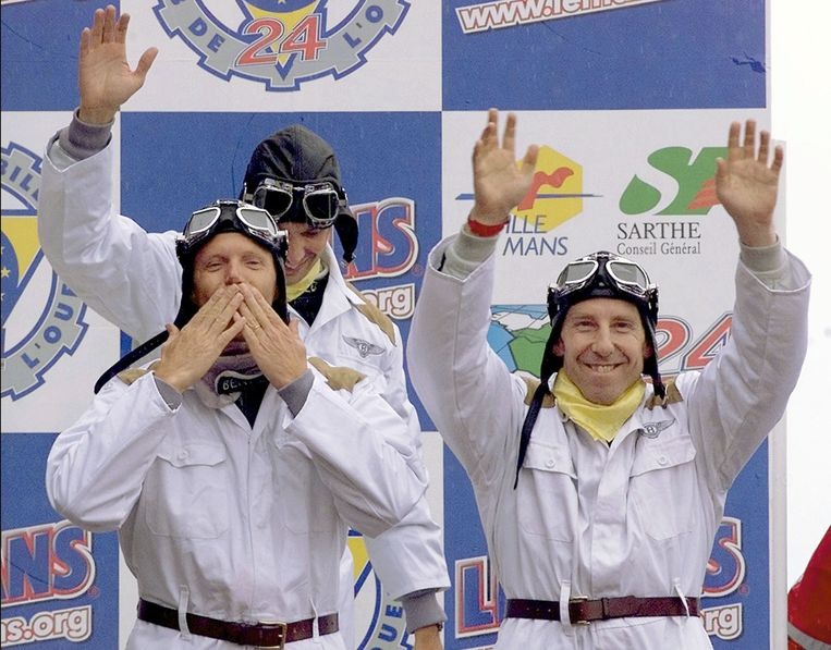 Andy Wallace (rechts)  zegevierde in 2001 in  de 24 Uur van Le Mans. Tot het team behoorde ook onze landgenoot Eric Van De Poele (links vooraan) en de Amerikaan Butch Leitzinger (achteraan links).