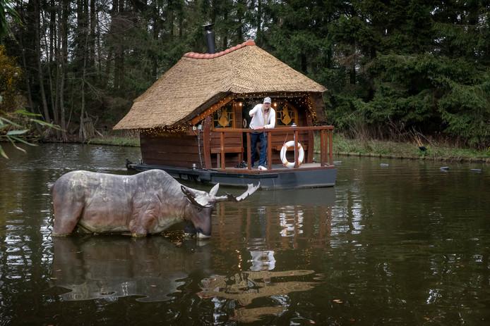 Hans Lebbink heeft met de saunaboot een ludieke sauna in zijn Sauna Drôme. Maar hij wil graag met de trend mee en een opgietsauna toevoegen aan het complex. Via de juridische weg hoopt hij dat voor elkaar te krijgen, want de gemeente steekt een stokje voor zijn plan.