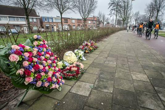 Bloemen op het Dijkplein, waar op 6 januari de Peter van der Linde werd doodgeschoten.