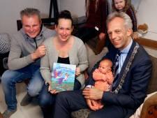 Baby Lijsje uit Nieuwland krijgt het eerste geboorteboekje van Vijfheerenlanden