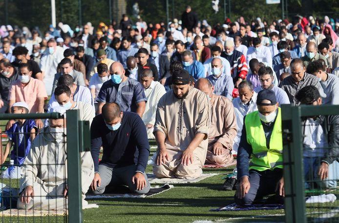 Moslims bidden op sportpark Woensel-Noord.