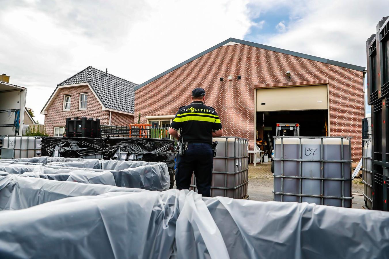 Het drugslab in Lage Zwaluwe tijdens de opruimactie.