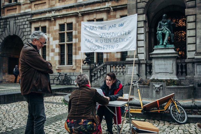 Stadsdichter Maud Vanhauwaert neemt afscheid. Beeld Sofie Gheysens