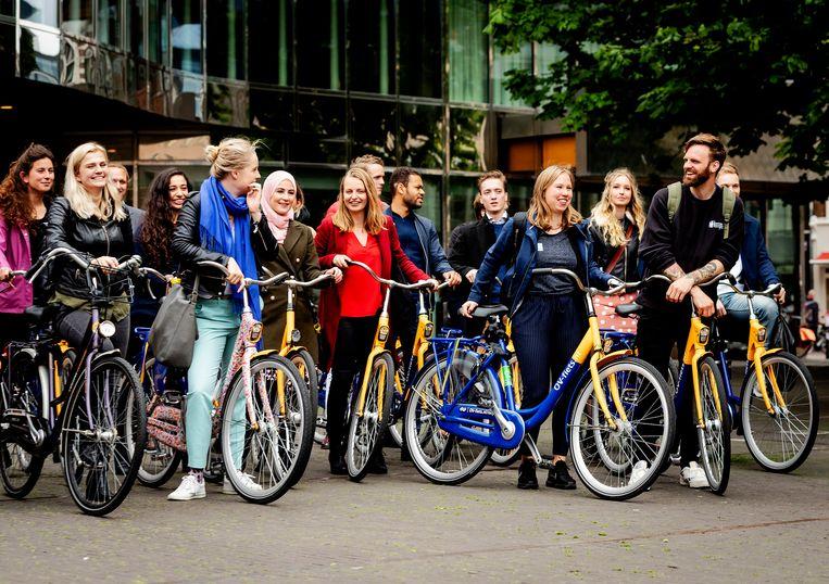 Jongeren fietsen in juni onder aanvoering van tv-presentator Tim Hofman en Gert-Jan Segers (CU) van de Tweede Kamer naar het Catshuis. Beeld ANP