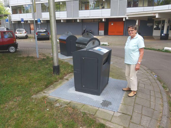 Cock Jansma woont in de flat aan het Driemondplein in de wijk Elderveld in Arnhem. Zij en haar medebewoners wachten nog op een gft-container.