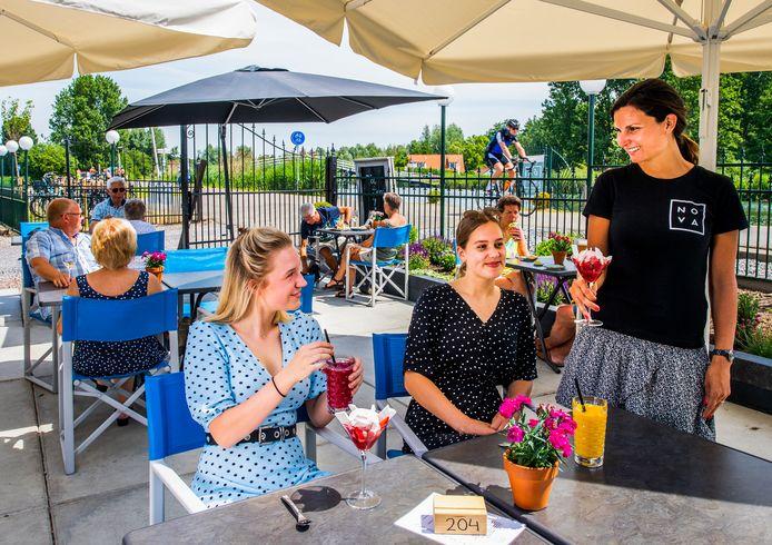 De winnaar van de Pollepel 2020 Rotterdam, Nova aan de Rotte bij Bergschenhoek, ziet zijn terras sinds deze week weer vollopen, vooral met fietsende passanten. Saskia Vaandrager serveert een vrolijke cocktail.
