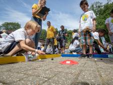 600 kinderen strijden om knikkertitel in Rhenen, en Thijs (8) wint