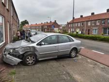Automobilist botst tegen verschillende auto's en komt tot stilstand tegen huis in Oosterhout