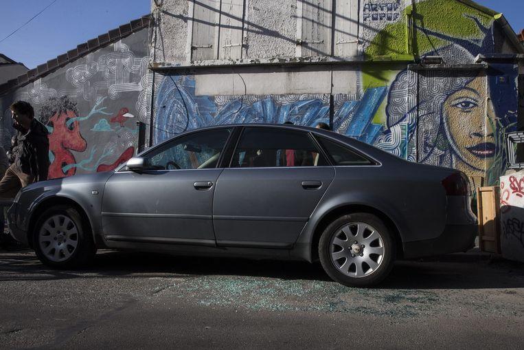 De plek waar de vluchtauto, de zwarte Seat Leon, werd gevonden is bezaaid met glasscherven. De grijze auto in beeld is niet de vluchtauto. Beeld epa