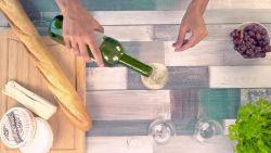 Een fles wijn openen, maar je hebt geen opener bij... wij hebben een tip voor jou!
