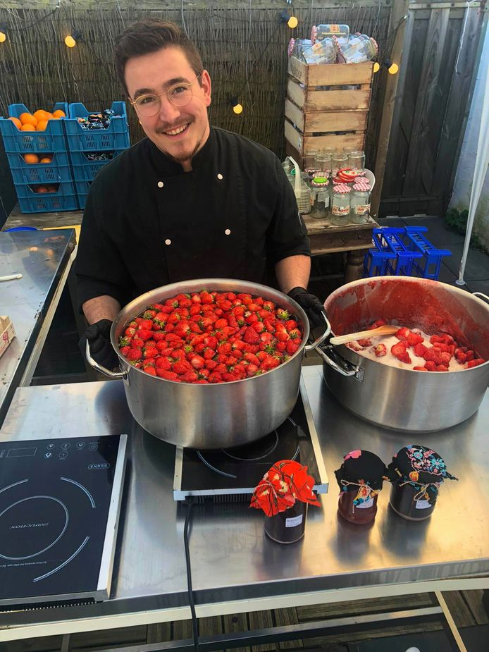 Nick Reniers maakt aardbeienjam in zijn tijdelijke keuken in de tuin.