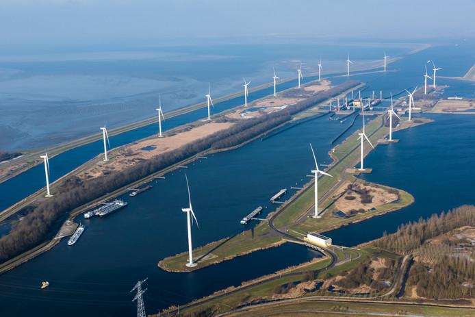 De kreekraksluizen en het gelijknamige windpark aan de zuidkant van de Oesterdam.