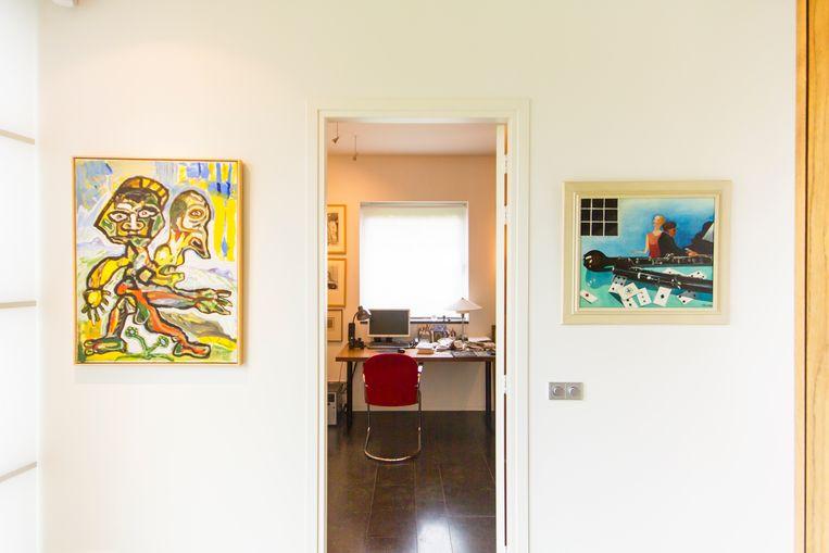 Naast de deur naar de werkkamer hangt links een Lucebert en rechts een Charley Toorop. Beeld null